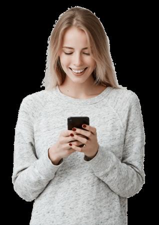 Junge Frau schreibt SMS auf Handy